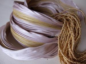 Poederroze en goud-olijf. Bijzondere combi met een subtiele schittering.